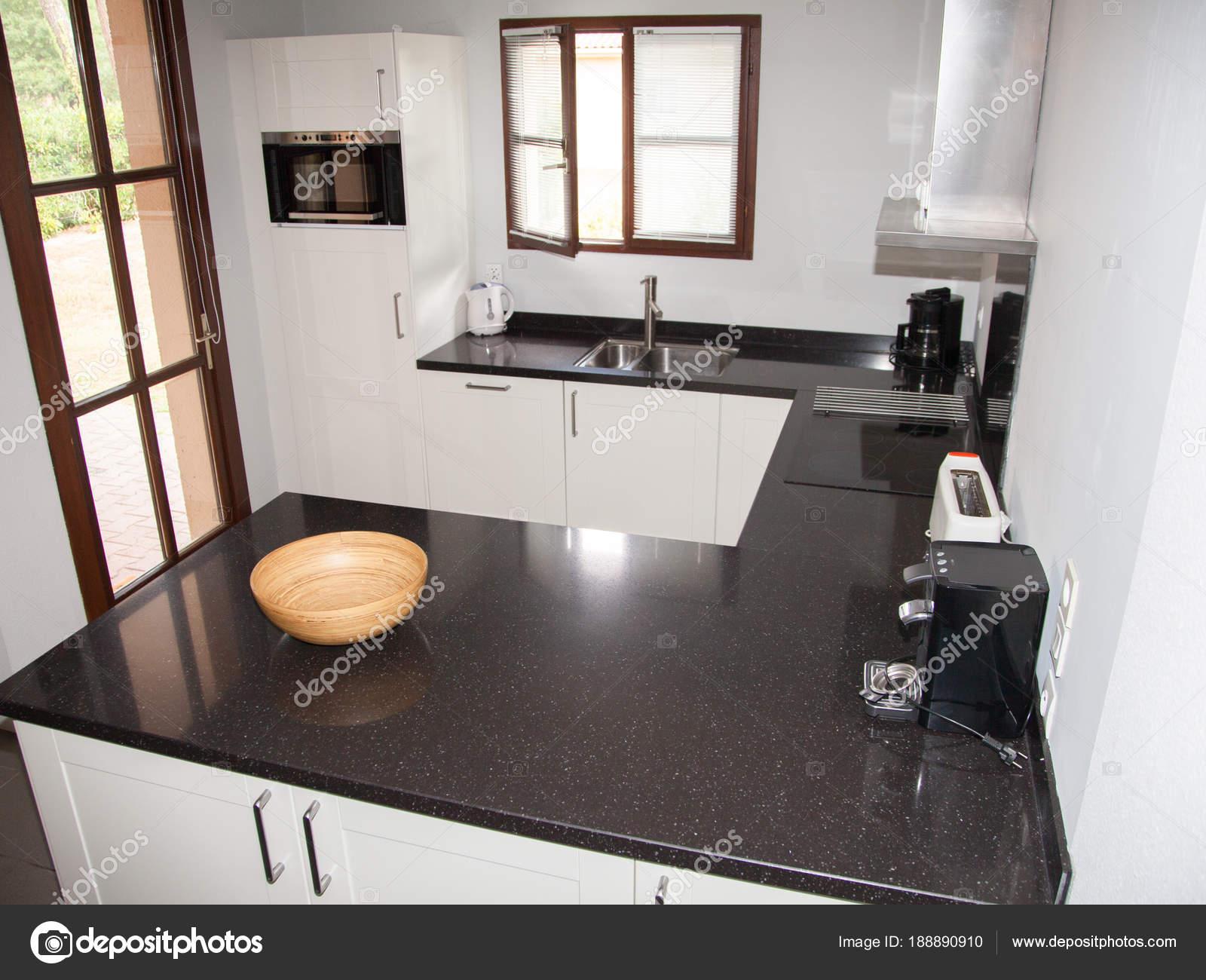 Schöne Küche Innenraum Mit Weißen Schränke Tops Küchentheke Insel Und U2014  Stockfoto