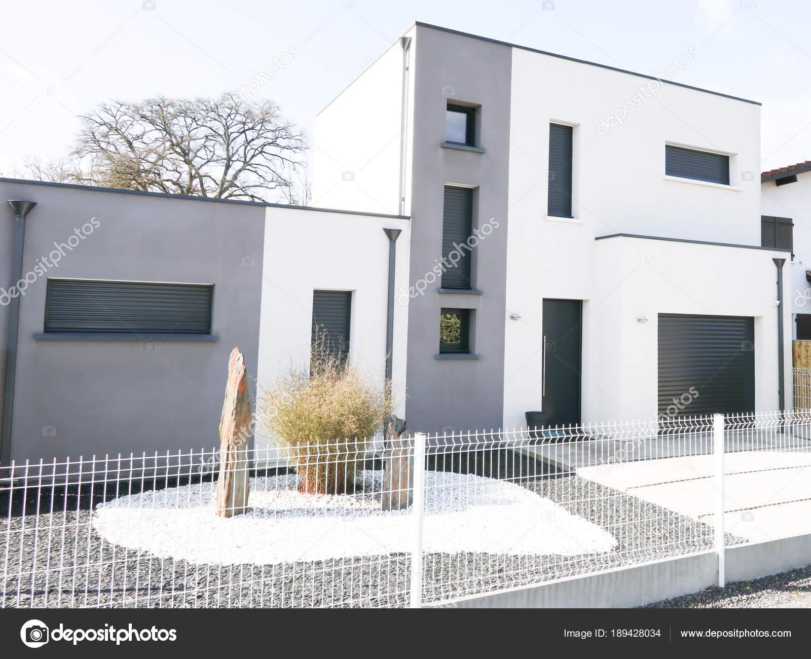 Immobilier Maison Moderne Gris Blanc Véritable Moderne Avec Jardin ...