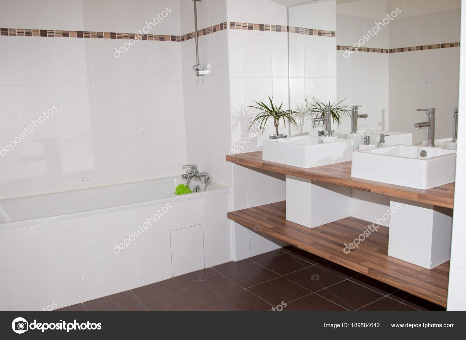 Angolo interno bagno bianco con legno piano doppio lavabo una