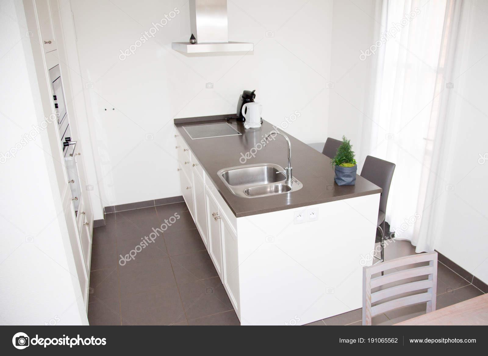 Moderne Küche. Kombinierte Küche / Esszimmer mit blac — Stockfoto ...