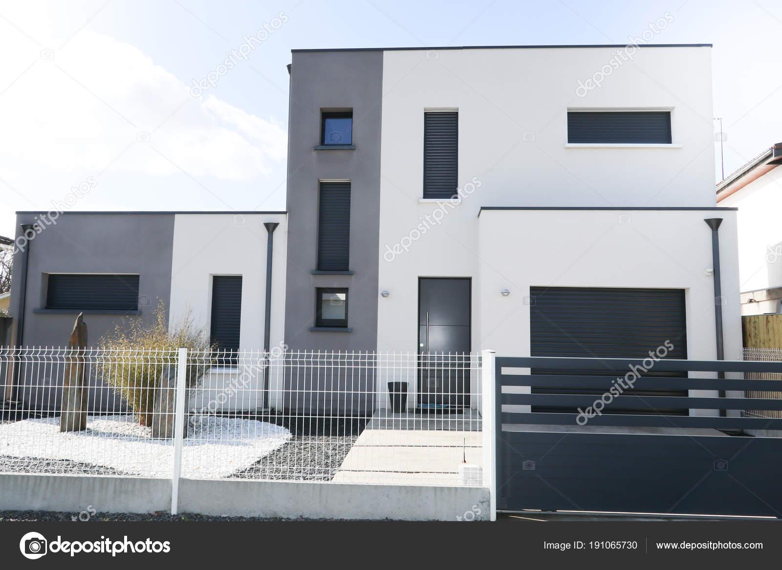 Schöne Moderne Weiße Und Graue Haus Unter Der Sonne — Stockfoto ...