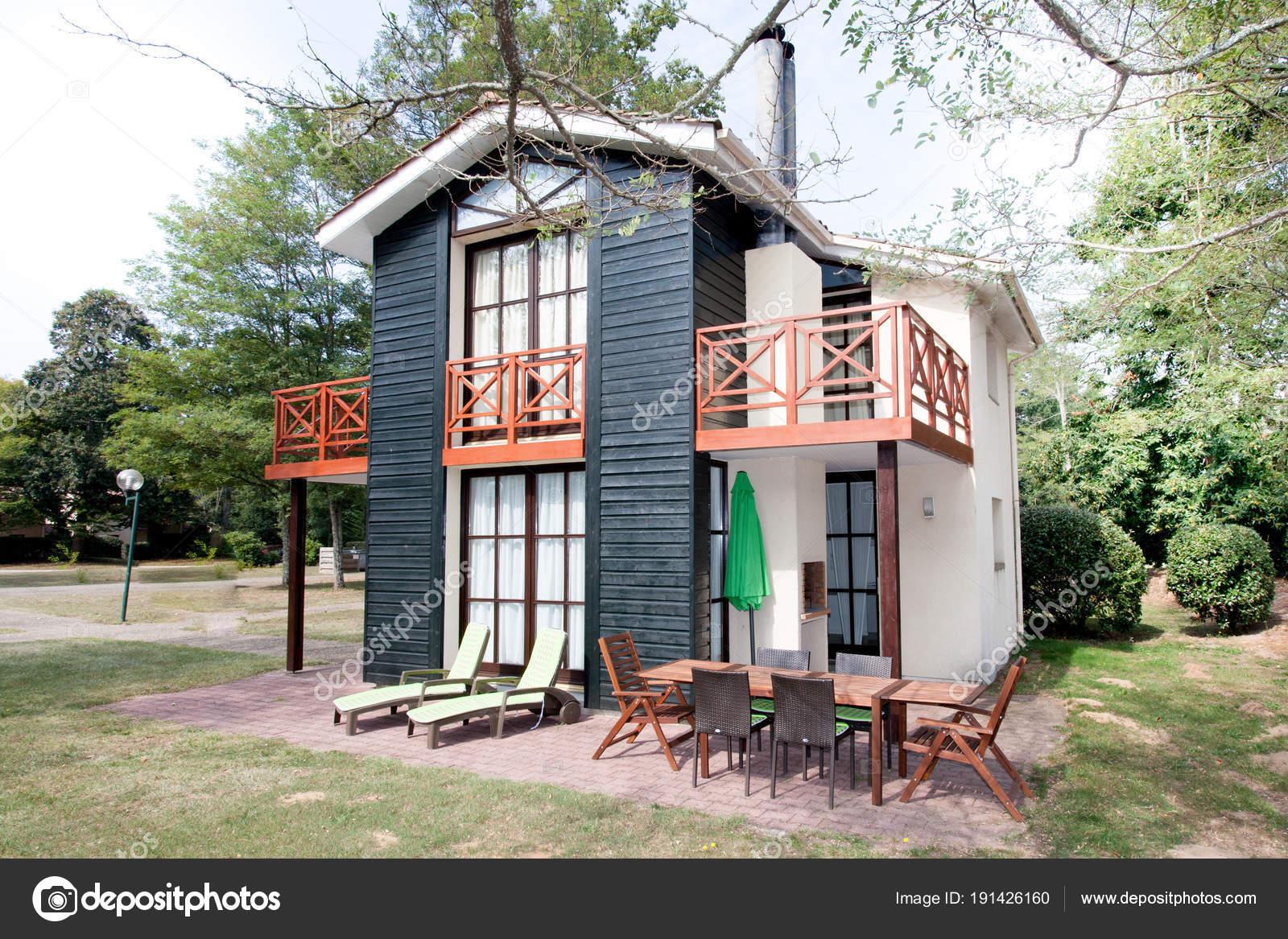 102d276783b2 Εξωτερικό σπίτι με τοπίο μπροστινή αυλή. Λευκό είσοδο βεράντα με κάγκελα  και πόρτα εισόδου — Εικόνα από ...