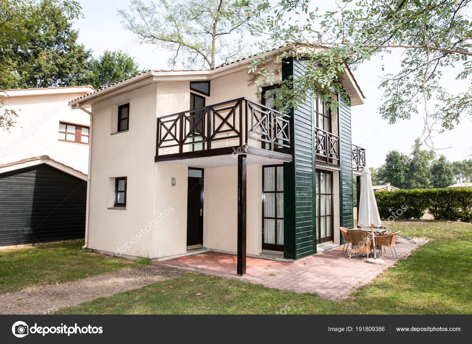 Außen ein sehr schönes Haus — Stockfoto © sylv1rob1 #191809386