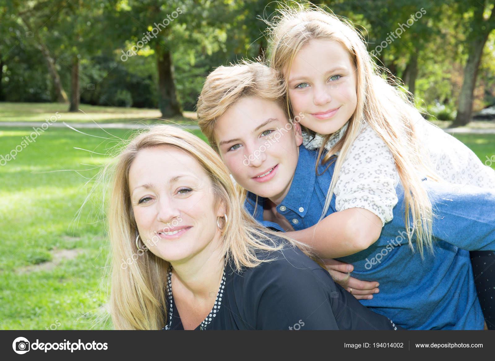 Familia Feliz Divertirse Aire Libre Hija Hijo Madre
