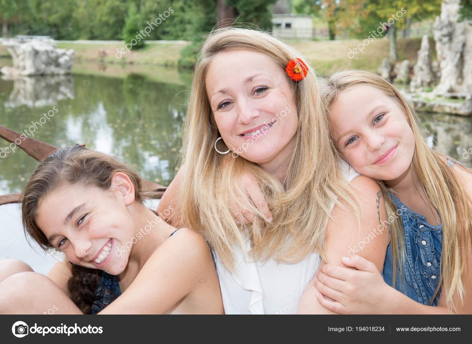 m re blonde c libataire avec deux lac parc plein air fille photographie sylv1rob1 194018234. Black Bedroom Furniture Sets. Home Design Ideas