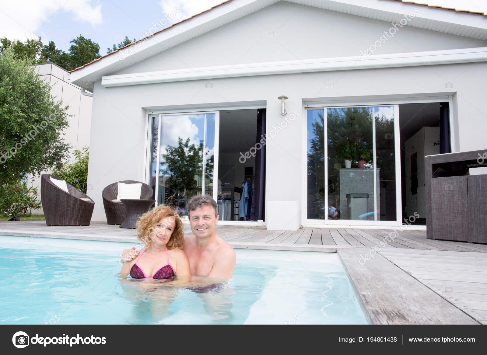 190ac04e9d73ce Couple Fier Nouvelle Femme Maison Immobilier Homme Âge Mûr Piscine ...