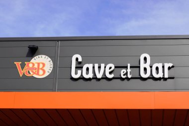 Bordeaux , Aquitaine / France - 11 07 2019 : v&b v and b cave bar and cellar sell wine beer shop and bar store logo sign building