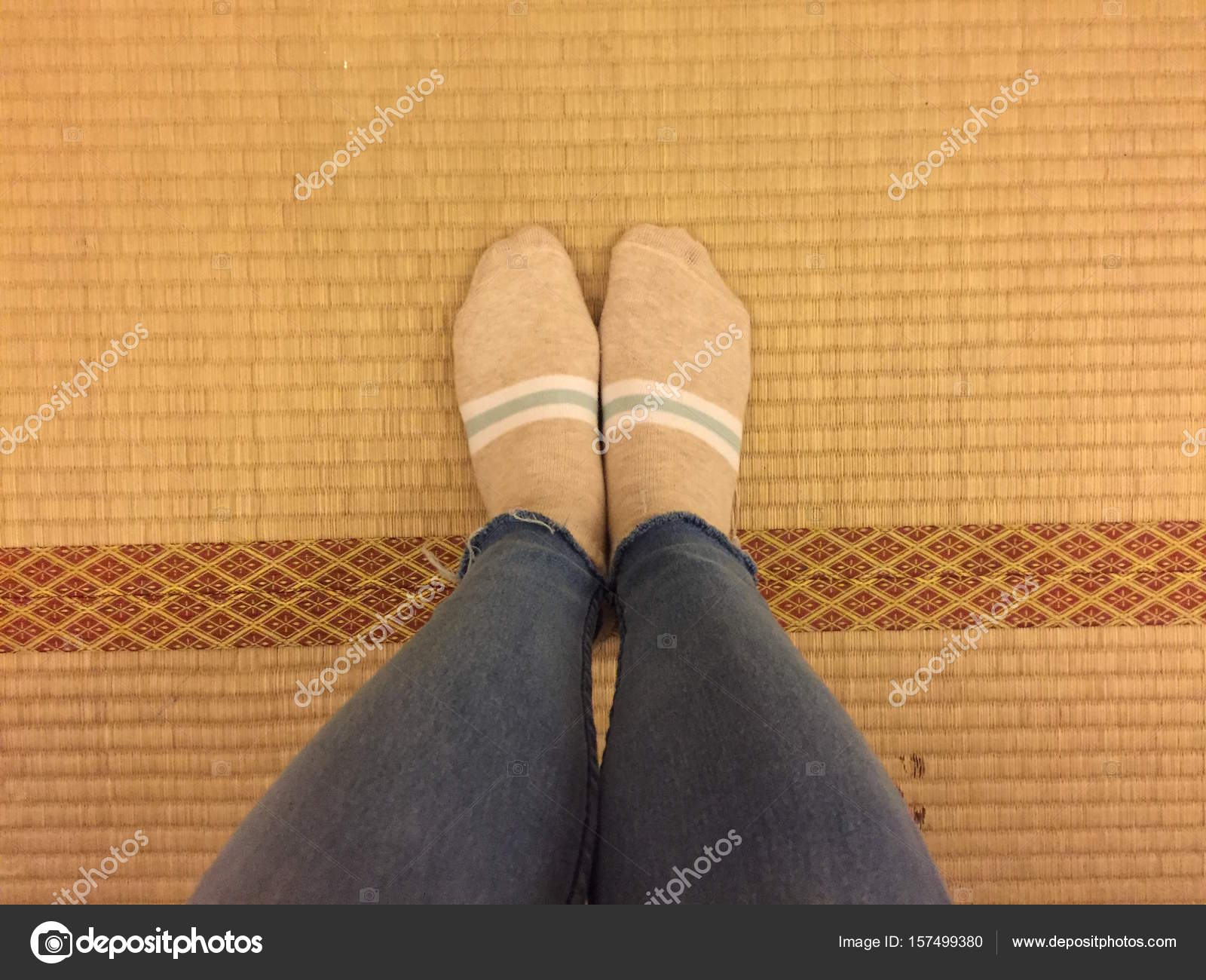 ba64ceb7a9 Selfie pies usando calcetines y los pantalones vaqueros en madera de origen  Japon — Foto de