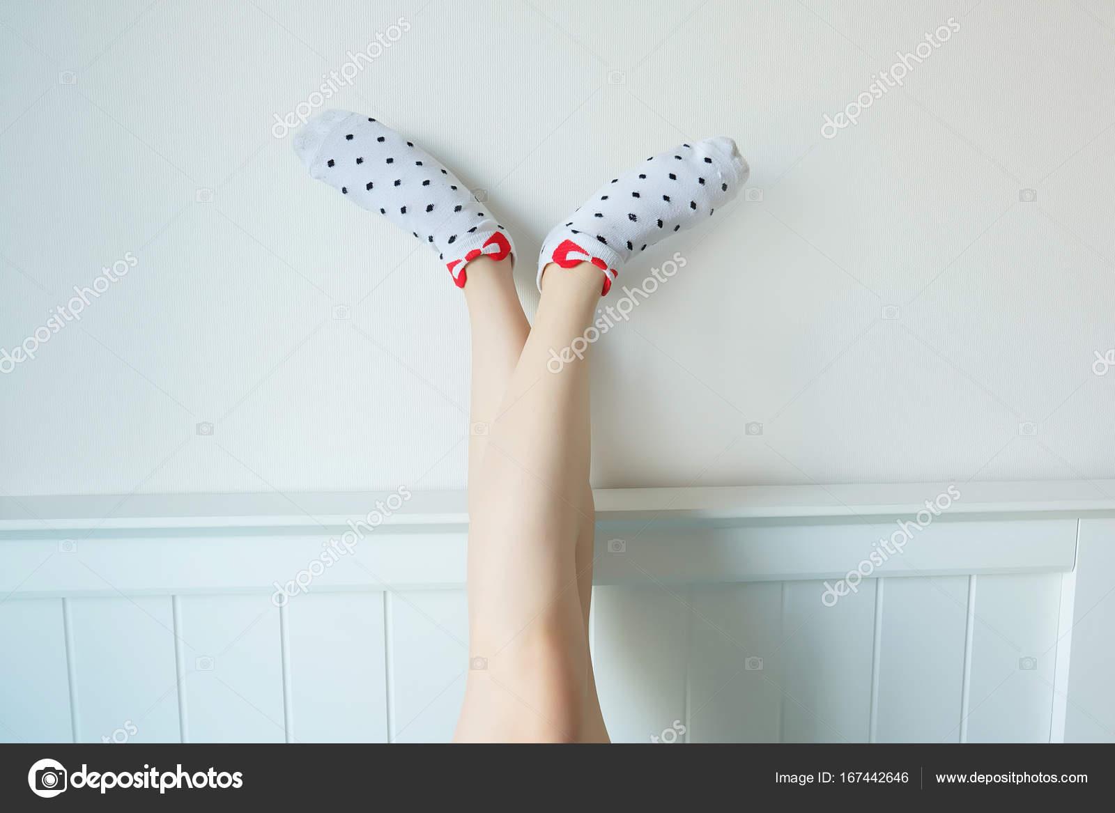 Polka-Socke. Selfie Beine und Füße tragen weiße Socken mit Tupfen ...