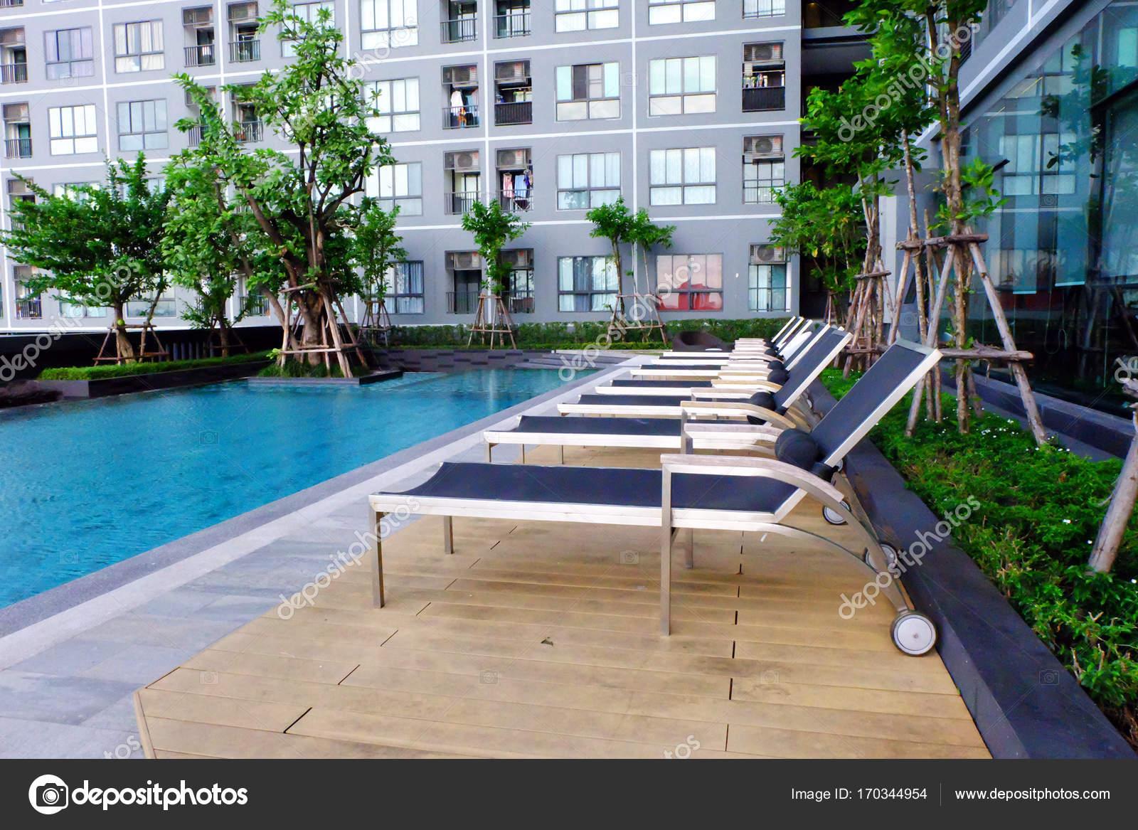 Bleu piscine avec des chaises vides chaise de piscine for Chaise pour piscine