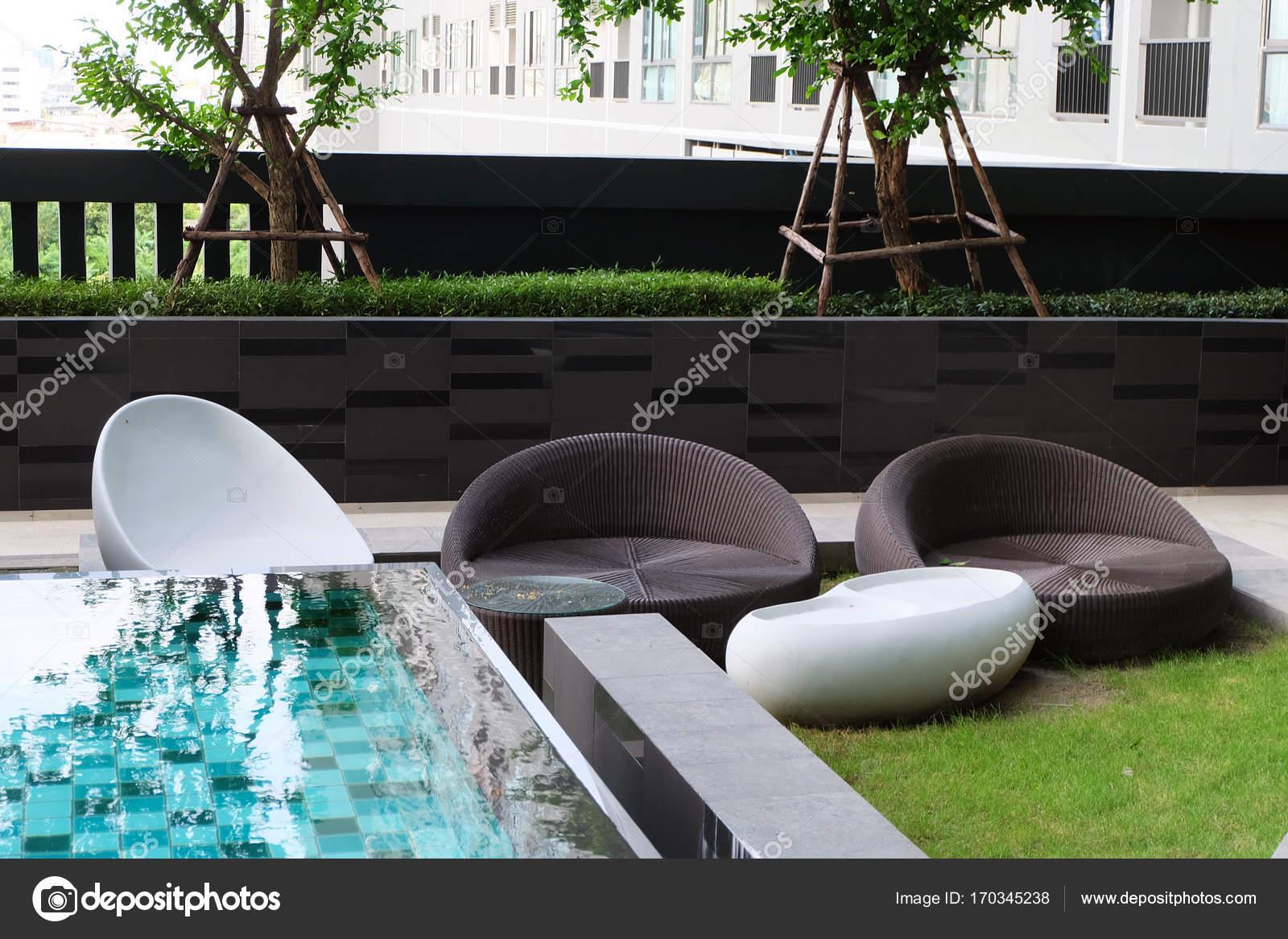 Sedia da giardino e tavolo con piscina all 39 aperto per for Layout di patio all aperto