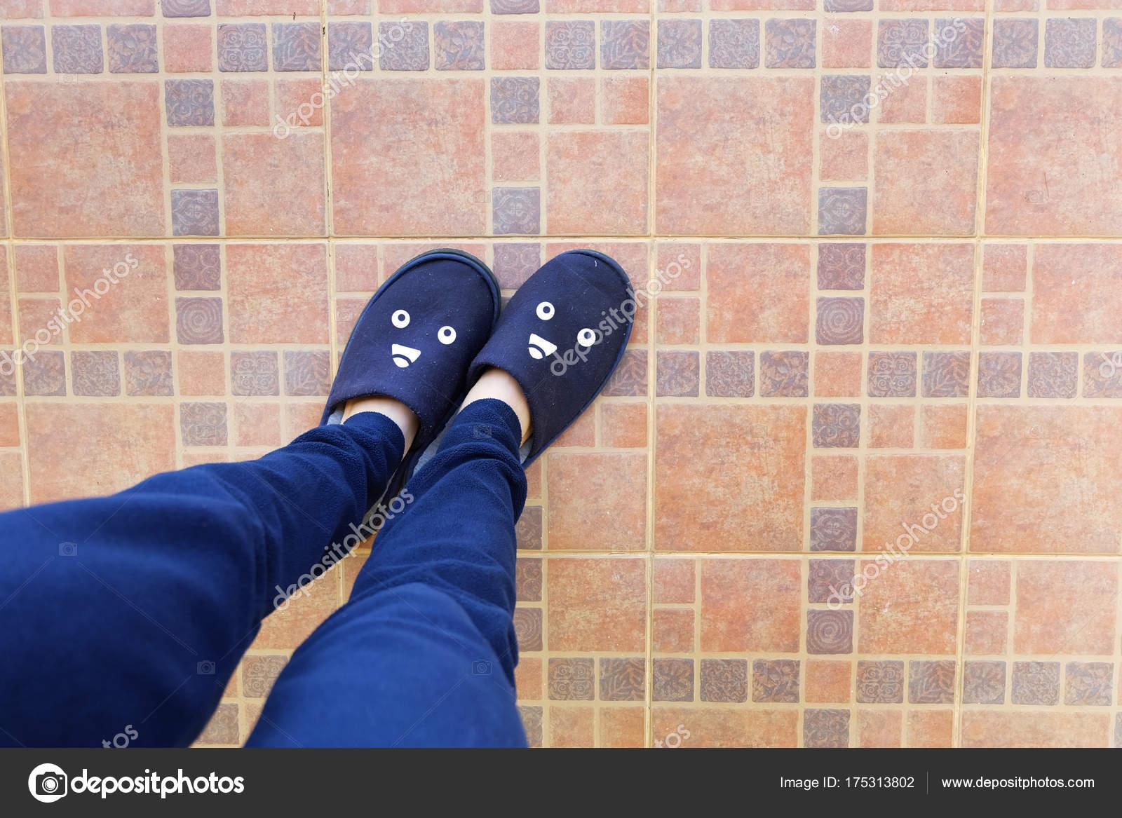 Piedini femminili pantofole blu donna nel concetto idea sorriso