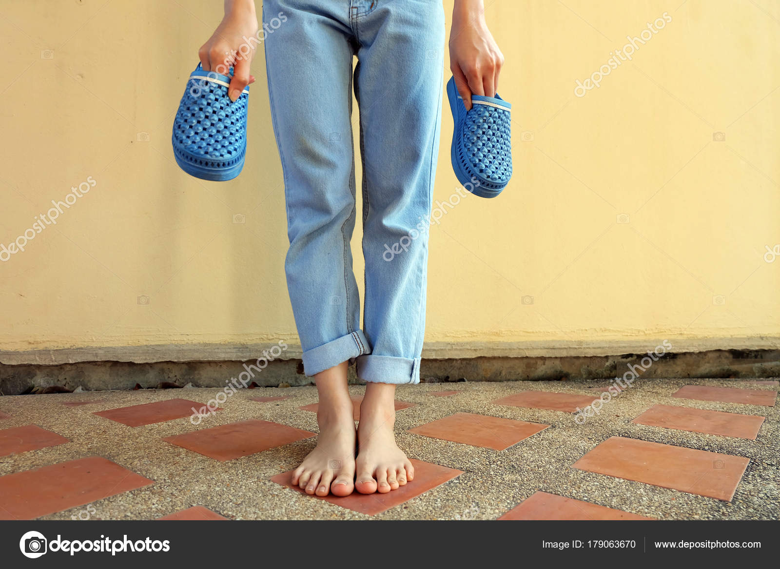 64334a41aaef Blue Flip Flops Fashion Woman Wear Blue Sandals Blue Jeans — Stock Photo