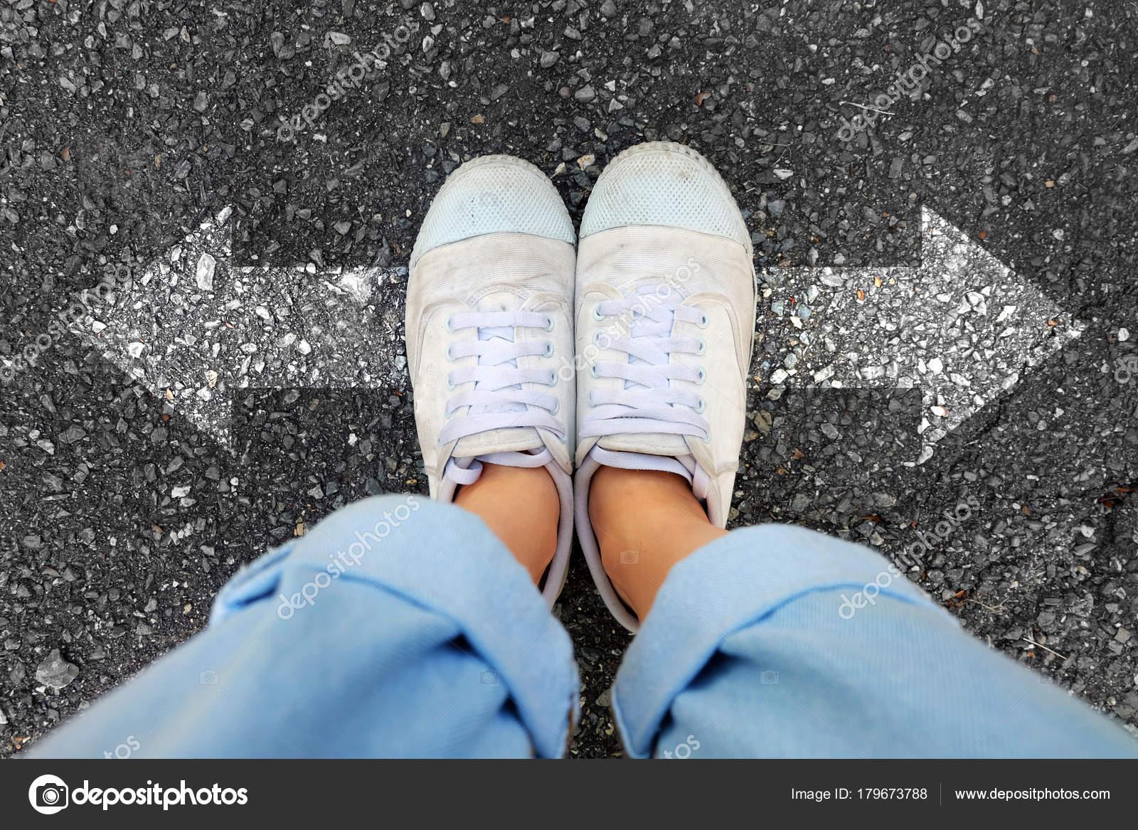 Und Blaue Weiße Tragen Frau Turnschuhe Selfie Schuhe Jeans uiTwPXZOkl