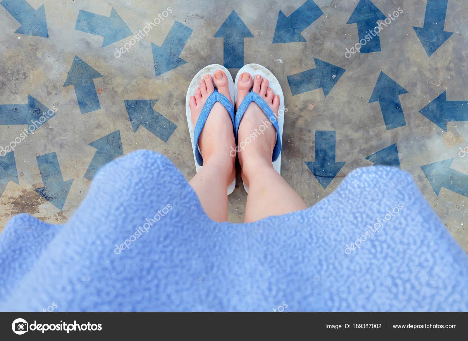 В голубом платье на бетонном полу