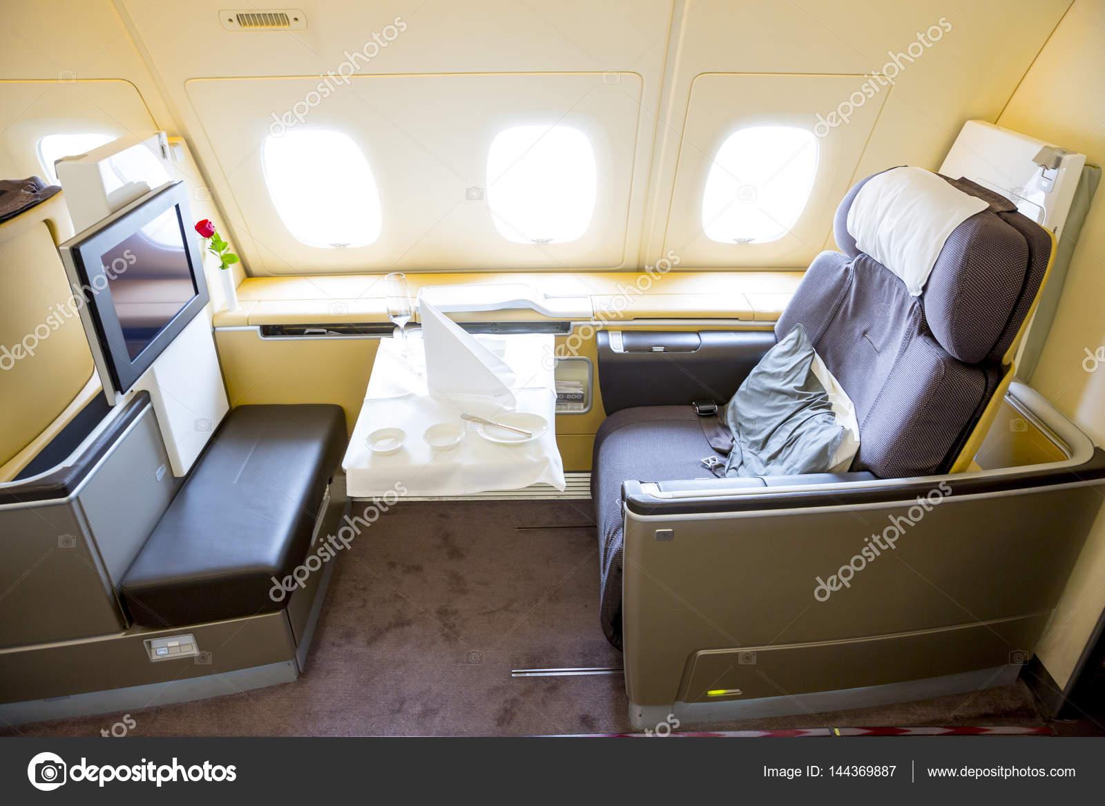 Avion Airbus A380 Lufthansa à l\'intérieur des sièges — Photo ...