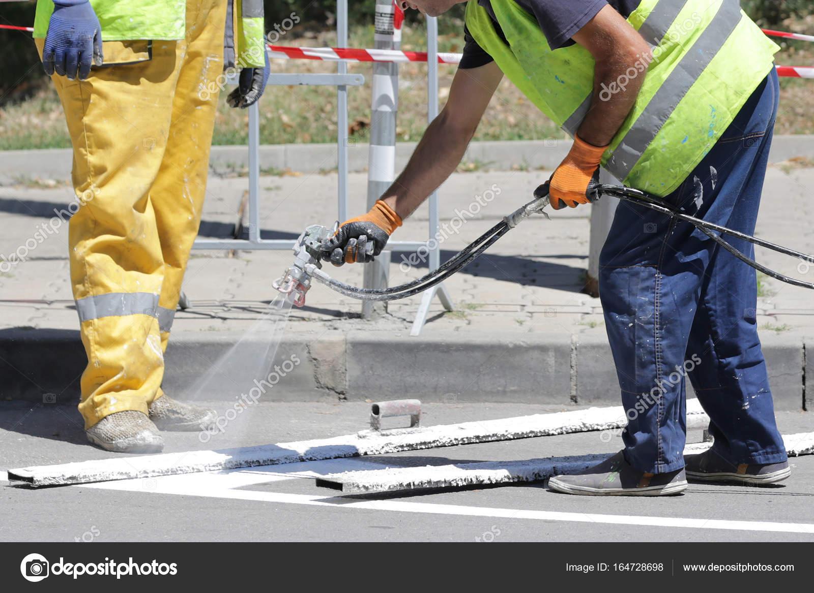 Dipingere Strisce Parcheggio : Lotto di parcheggio striscia pittura sul nuovo asfalto u foto