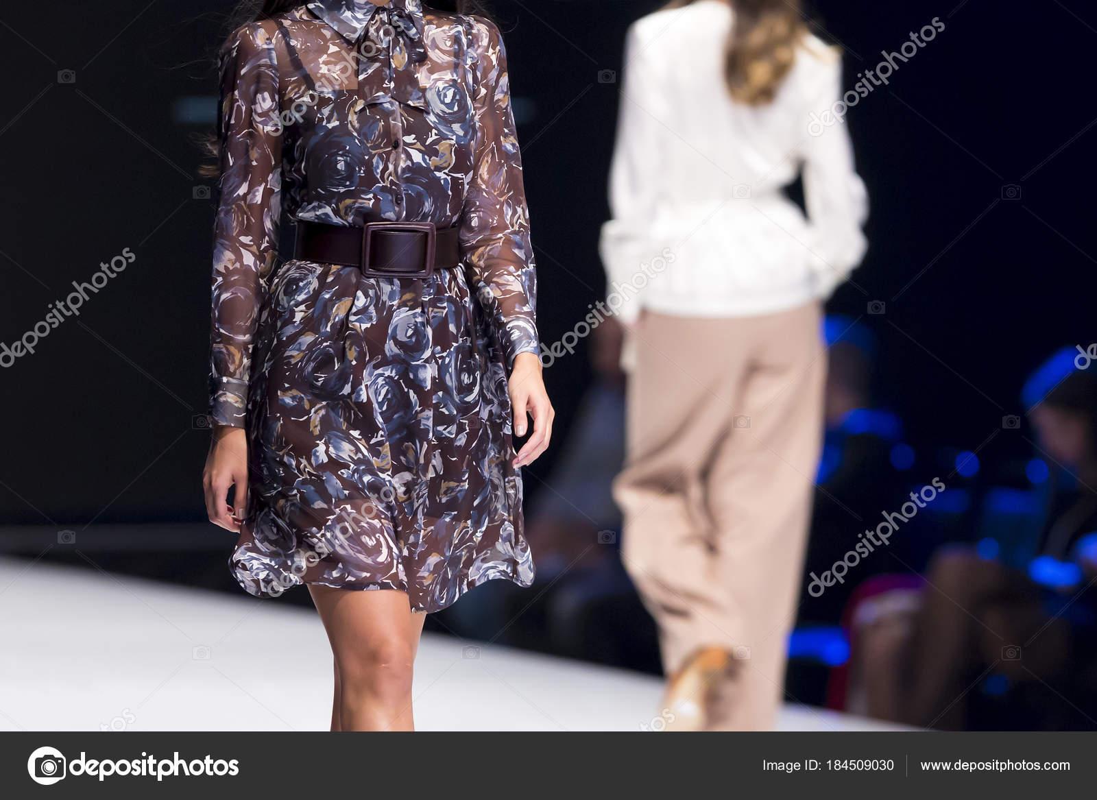 94464573cc Dois modelos femininos andar pista em vestidos diferentes durante um  desfile de moda. Evento de moda passarela mostrando a nova coleção de  roupas — Foto de ...