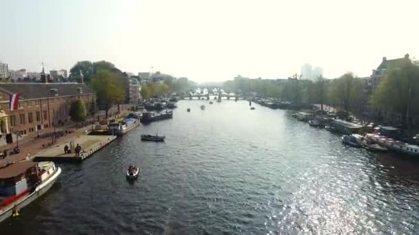 Amsterdam canal, pohled shora