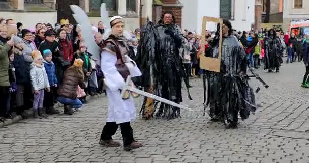 Wroclaw, Polsko - 06 ledna 2018: Slavnostní průvod lidí na ulici Wroclaw během oslava tří králů