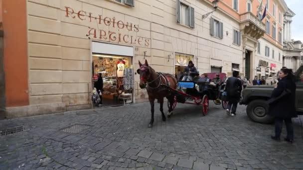 Rom - 10. März 2018: Pferdekutsche mit Touristen auf einer Straße von Rom