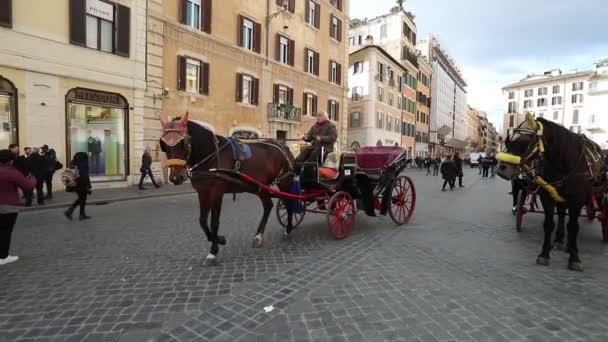 Rom, Italien - 9. März 2018: Pferdekutsche mit Touristen auf einer Straße von Rom