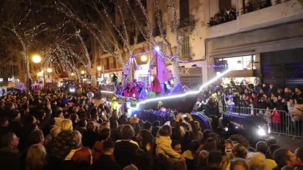 Palma de Mallorca, Španělsko - 5. ledna 2020: Karnevalový průvod na městské ulici v den tří králů, večerní čas