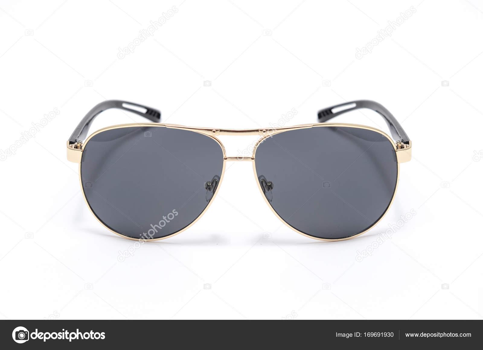 Gafas de sol con negro de cristal en un marco de hierro aislado en ...