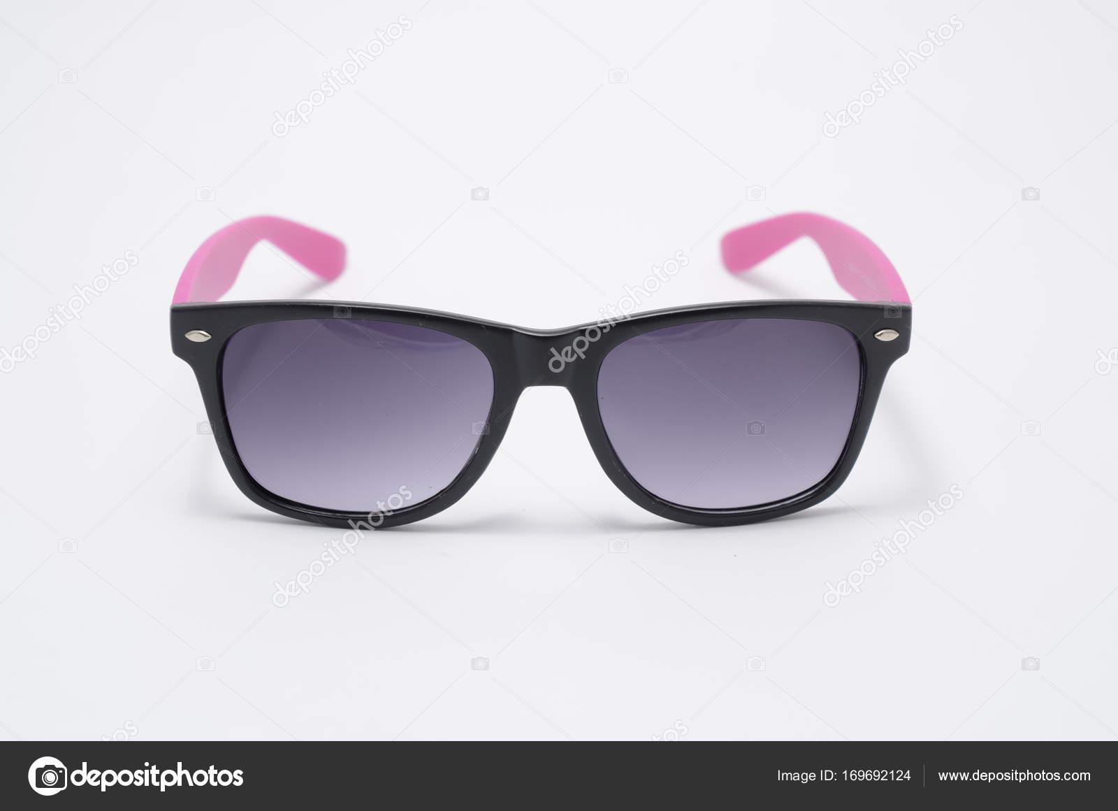 gafas de sol en marco de plástico negro grueso aislado en blanco ...