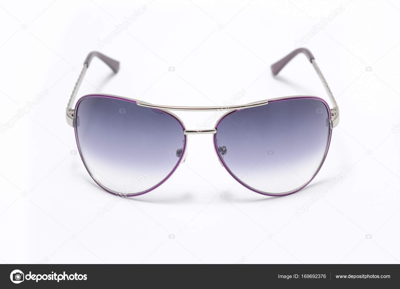 Gafas de sol en marco del hierro púrpura aislados en blanco — Fotos ...