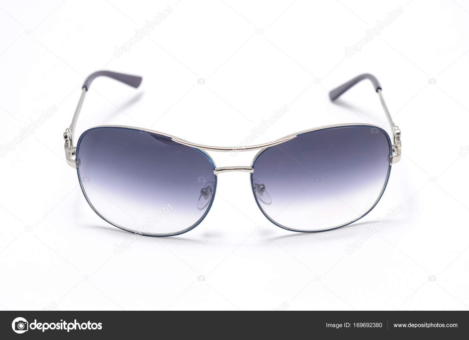 Damen Sonnenbrille in einem eisernen Rahmen isoliert auf weiss ...