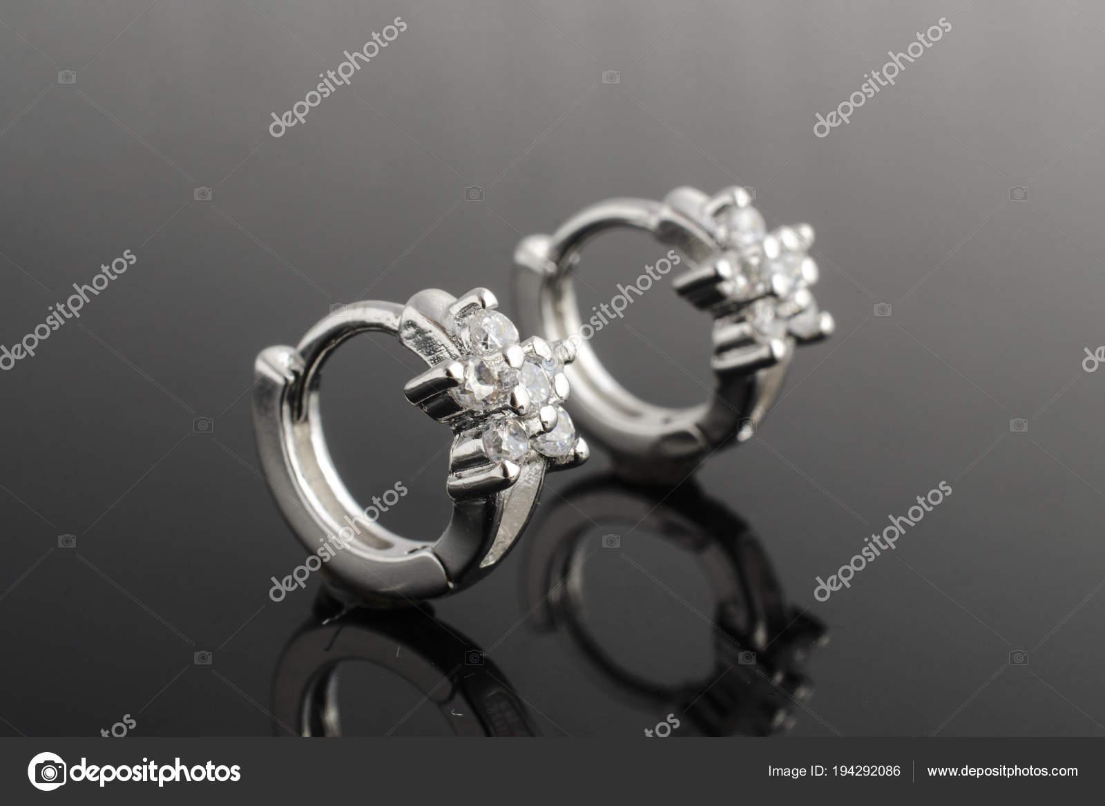 a654bdbc78 Ασημένια σκουλαρίκια με διαμάντια που απομονώνονται σε μαύρο– εικόνα αρχείου