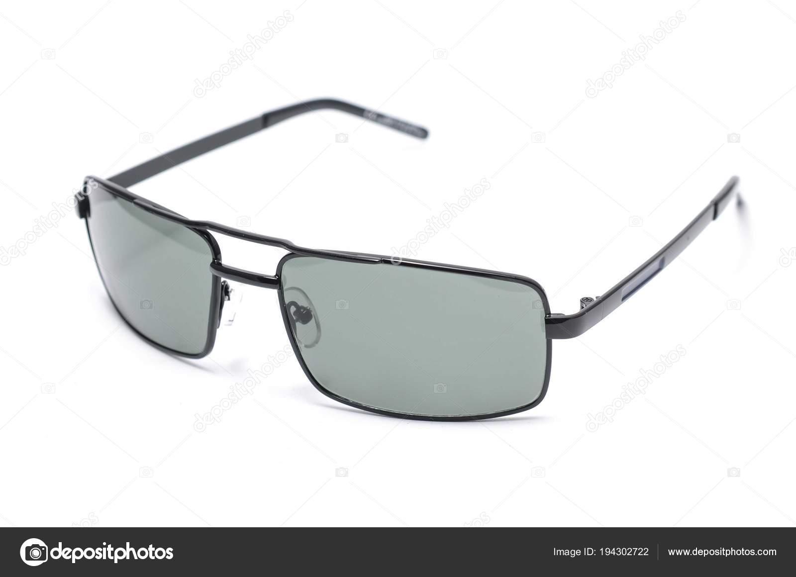 38fee32e2 Óculos de sol retangulares em uma armação de metal fina sobre um fundo  branco — Fotografia