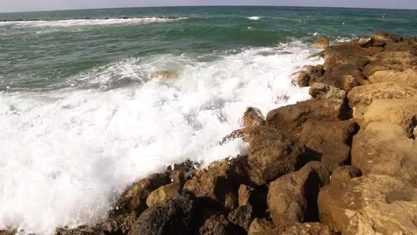 Hullámok feltörése ellen, sziklákon tengerpart.
