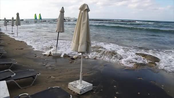 Leerer Strand wegen Sturm