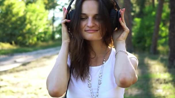 Exited žena v poslechu hudby sluchátka.