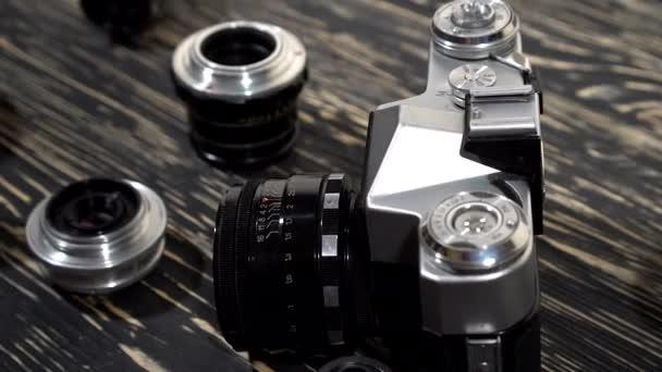Vintage 35 mm-es fényképezőgép és a lencsék.