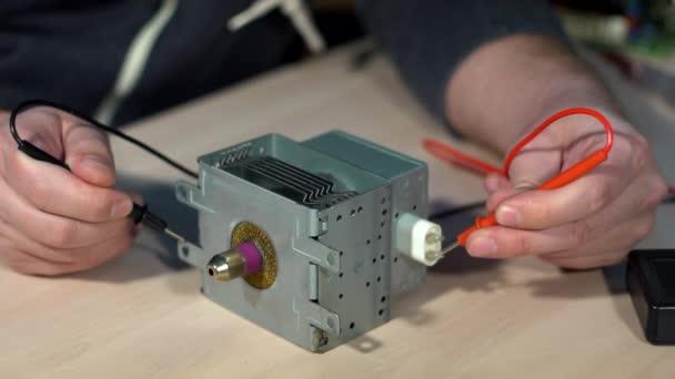 Elektrické testování s voltmetr pro opravy elektronických zařízení