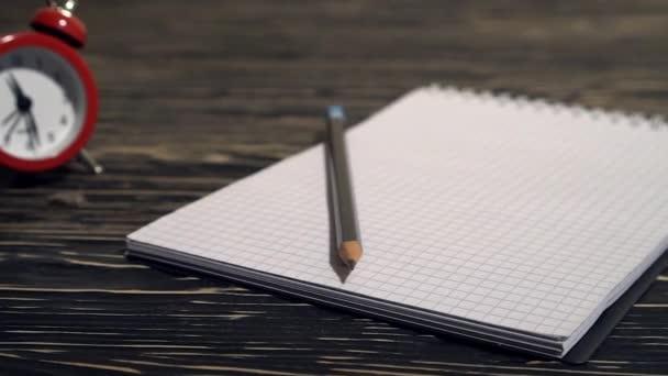 Osoba, házení hodně zmačkaný papír na stole, detail.