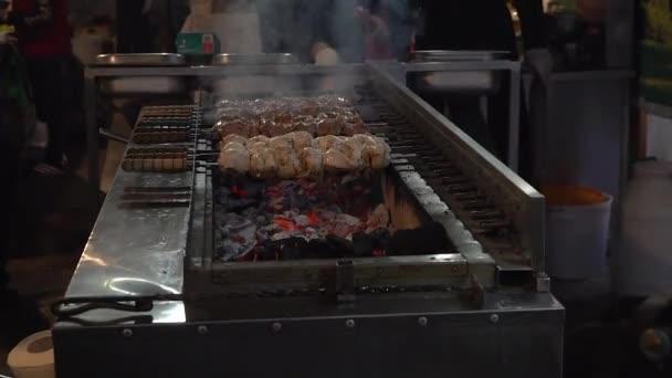 Maso na grilu. Maso smažené na mangal. Vaření vepřové maso na horké uhlí