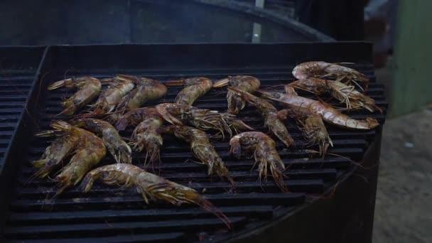 Grilované krevety na planoucí gril, mořské plody Grilovaná jídla