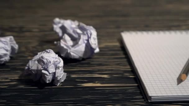 Osoba, házení hodně zmačkaný papír na stole, detail