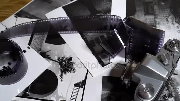 alte Kleinbildkameras, Objektive, Fotos und Filme stapeln sich.