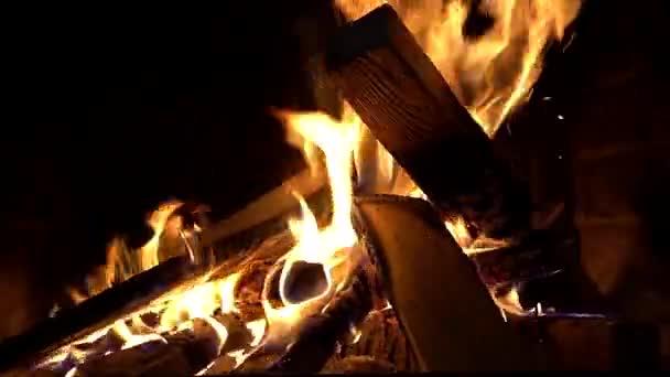 spalování dřeva v krbu
