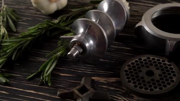 trvanlivý salám, česnek, rozmarýn a starých dílů mlýnek na maso