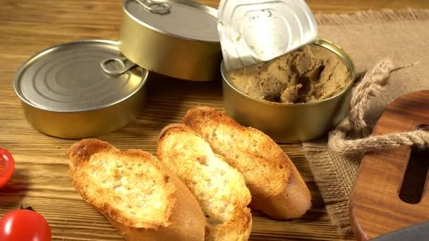 čerstvé paštika s chlebem na dřevěný stůl
