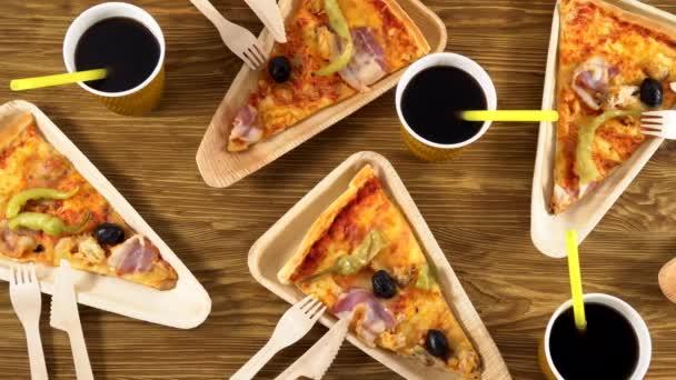 Kousky pizzy na dřevěných talířích. Strany koncepce.