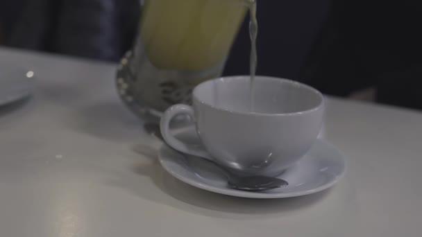 Čaj nalévání do šálku čaje