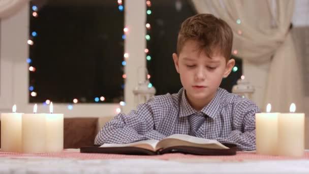 chlapec je čtení