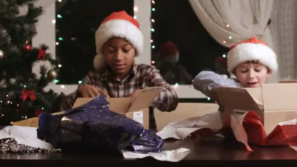 Kinder öffnen Geschenke